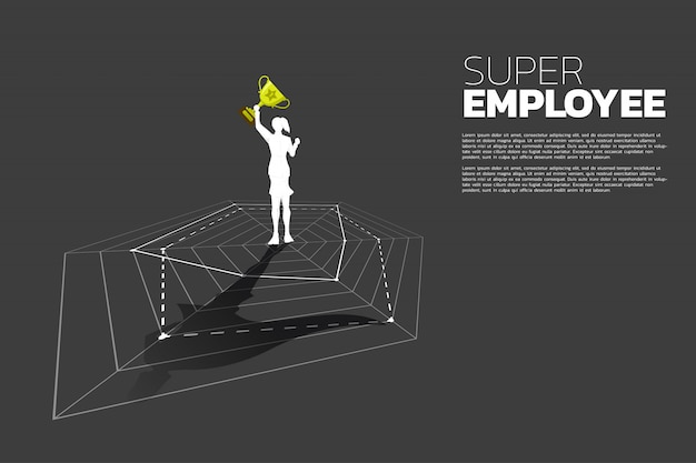 Schattenbild der geschäftsfrau mit der trophäe, die auf spinnendiagramm mit superheldschatten steht. konzept des besten mitarbeiter- und personalmanagements.