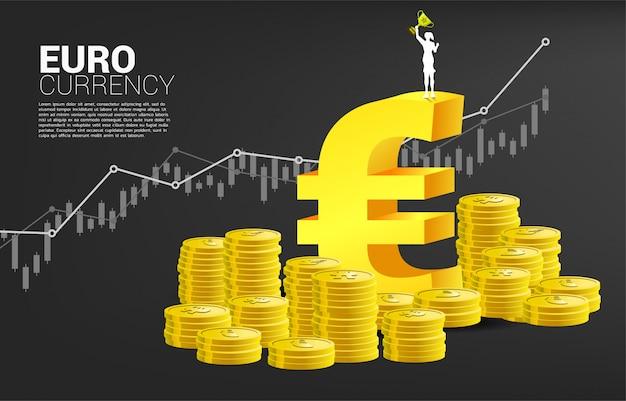 Schattenbild der geschäftsfrau mit trophäenschale auf geldeurowährungsikone. konzept des erfolgsgeschäfts und der wirtschaft der eurozone.