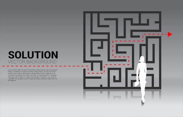 Schattenbild der geschäftsfrau stehend mit plan, zum des labyrinths zu beenden. geschäftskonzept zur problemlösung und lösungsstrategie