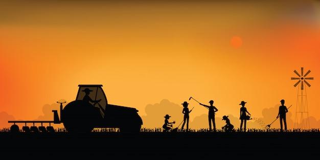 Schattenbild des bauern, der einen traktor fährt.