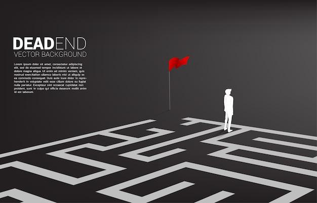 Schattenbild des geschäftsmannes an der sackgasse des labyrinths.
