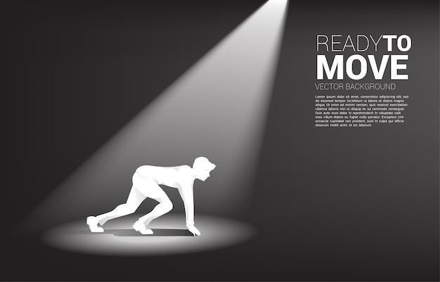 Schattenbild des geschäftsmannes bereit, in scheinwerferlicht zu laufen.