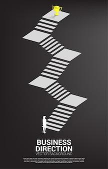 Schattenbild des geschäftsmannes bereit, zur goldenen trophäe oben auf treppe zu treten. vision mission und ziel des geschäfts