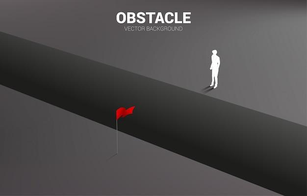 Schattenbild des geschäftsmannes, der am abgrund steht, der zum ziel schaut. konzept der geschäftlichen herausforderung und des hindernisses