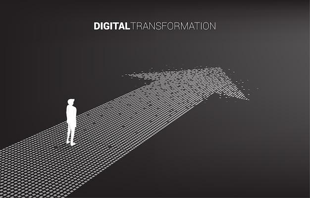 Schattenbild des geschäftsmannes, der auf dem pfeil vom pixel steht. konzept der digitalen transformation des geschäfts.