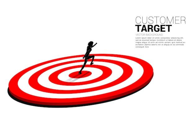 Schattenbild des geschäftsmannes, der auf mitte der dartscheibe mit scheinwerfer läuft. geschäftskonzept von marketingziel und kunde.