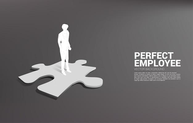 Schattenbild des geschäftsmannes, der auf puzzleteil steht. konzept der perfekten rekrutierung. personal. setzen sie den richtigen mann auf den richtigen job.