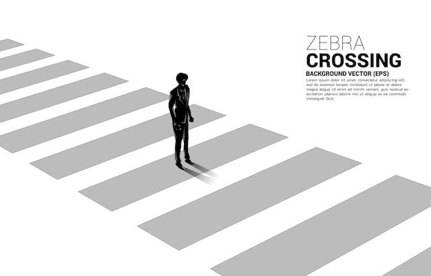 Schattenbild des geschäftsmannes, der auf zebrastreifen steht. banner der sicheren zone und geschäftsfahrplan.