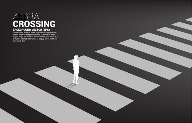 Schattenbild des geschäftsmannes, der auf zebrastreifen steht konzept der sicheren zone und geschäftsstraßenkarte