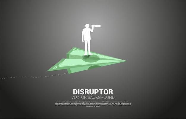 Schattenbild des geschäftsmannes, der durch teleskop auf geldbanknoten-origami-papierflugzeug schaut. geschäftskonzept von investor und risikokapital.