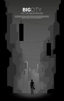 Schattenbild des geschäftsmannes, der in der stadtnacht geht. konzept des wachstumsgeschäfts und des großstadtkonzepts.