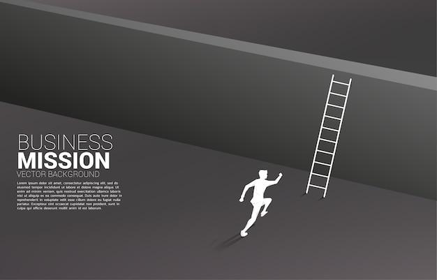 Schattenbild des geschäftsmannes, der läuft, um die wand mit leiter zu überqueren.