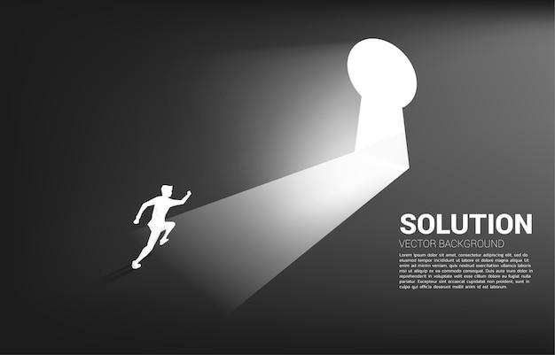 Schattenbild des geschäftsmannes, der läuft, um zur schlüssellochtür hinauszugehen.