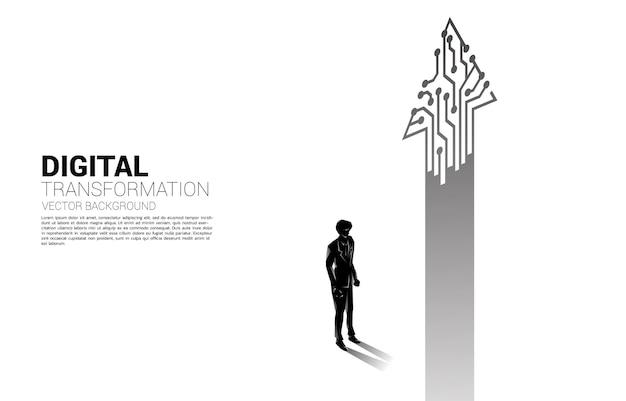 Schattenbild des geschäftsmannes, der mit pfeil von der punktverbindungsleitungsschaltung steht. banner der digitalen transformation des geschäfts.