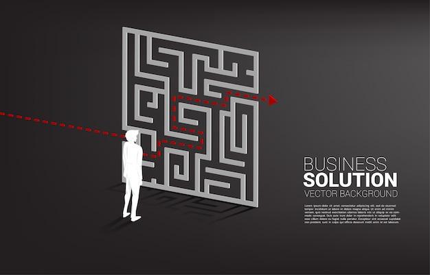 Schattenbild des geschäftsmannes, der mit plan steht, um vom labyrinth zu verlassen. geschäftskonzept zur problemlösung und lösungsstrategie