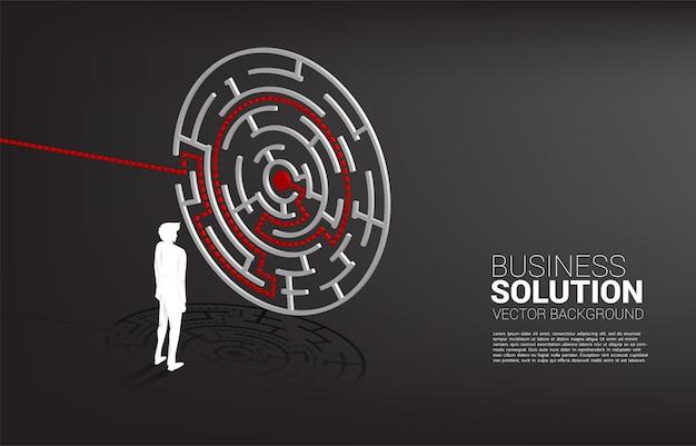 Schattenbild des geschäftsmannes, der mit plan zum zentrum des labyrinths steht. geschäftskonzept zur problemlösung und lösungsstrategie