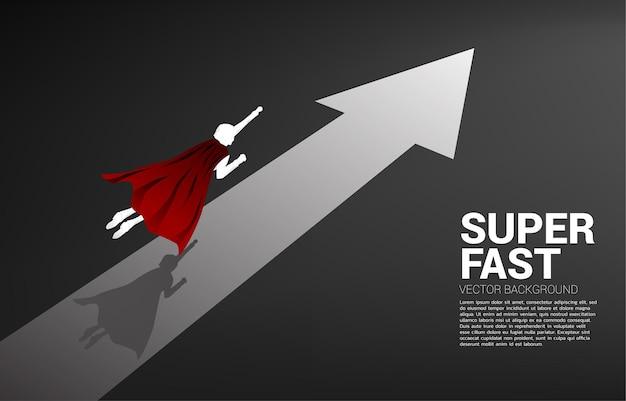 Schattenbild des geschäftsmannes, der schnell mit pfeil fliegt. konzept der steigerung und des wachstums im geschäft.