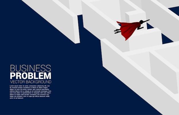 Schattenbild des geschäftsmannes, der über das labyrinth fliegt. geschäftskonzept zur problemlösung und ideenfindung.