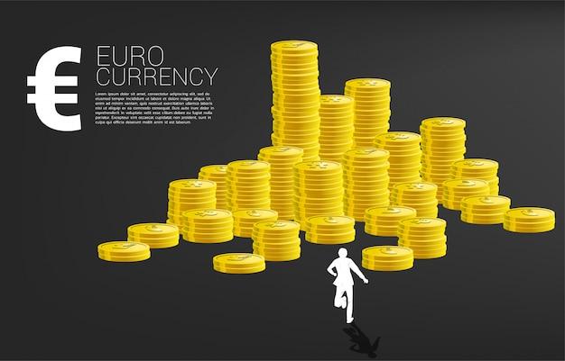 Schattenbild des geschäftsmannes laufend zum stapel der münze. konzept des erfolgsgeschäfts und karriereweg.