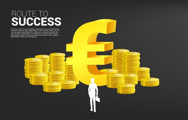 Schattenbild des geschäftsmannes mit dem aktenkoffer, der vor eurowährungsgeldikone und stapel der münze steht. konzept des erfolgsgeschäfts und karriereweg in der eurozone.