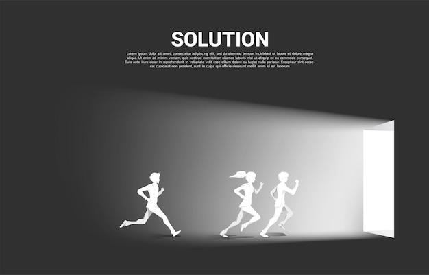 Schattenbild des geschäftsmannes und der geschäftsfrau, die laufen, um tür zu verlassen. konzept des karrierestarts und der geschäftslösung.