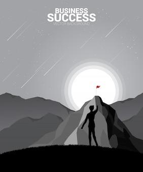 Schattenbild des geschäftsmannes zur oberseite des berges planend. konzept des ziels, mission, vision, karriereweg, polygonpunkt verbinden linienart