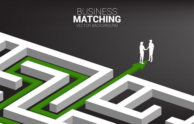 Schattenbild des geschäftsmannhändedrucks am ausgang des labyrinths. konzept des business matching. teamarbeit partnerschaft und zusammenarbeit.