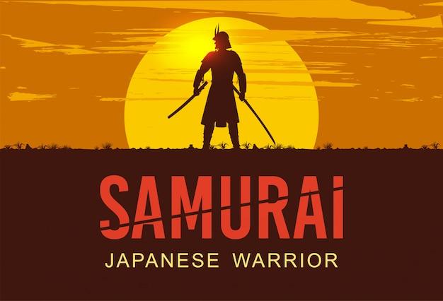 Schattenbild des japanischen samurai mit dem schwert, das bei sonnenuntergang steht,