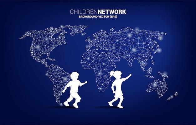 Schattenbild des jungenjungen und -mädchens mit weltkarten-polygonhintergrund. konzept für kinder und kinder mit technik.