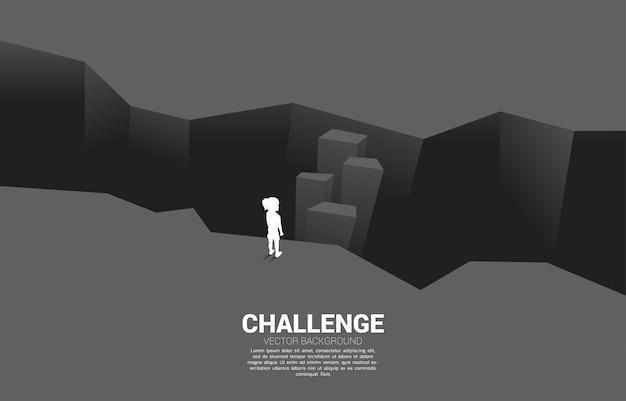 Schattenbild des mädchens, das auf schritt vorwärts steht, um abgrund zu überqueren. illustration der bildungslösung und zukunft der kinder.