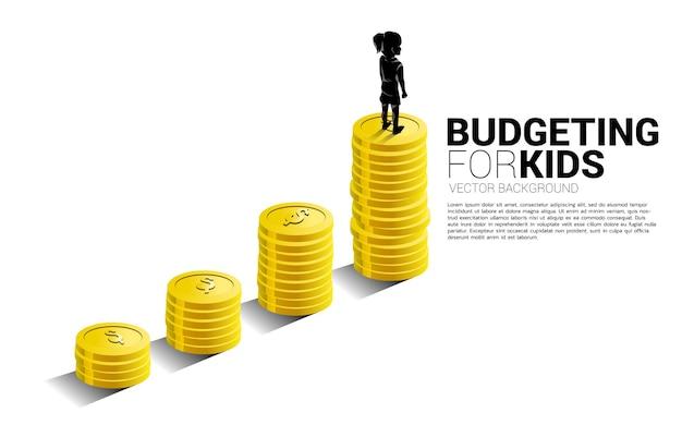 Schattenbild des mädchens, das auf wachstumsdiagramm mit stapel der münze steht. banner der budgetierung für kinder.