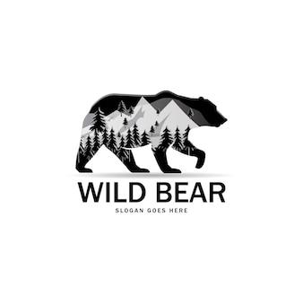 Schattenbild des wilden bären mit panorama der berge.