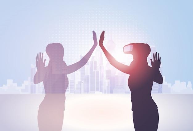 Schattenbild-geschäftsfrau-abnutzungs-virtuelle realität-digital-gläser