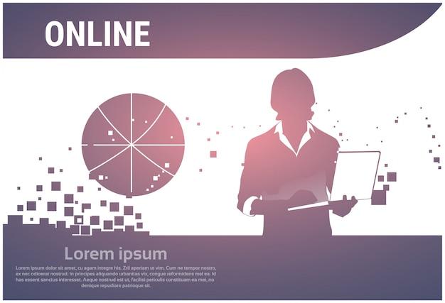 Schattenbild-geschäftsmann, der den laptop schreibt online arbeitet verwendet