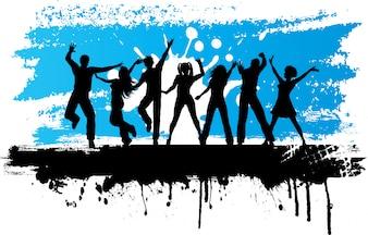 Schattenbilder von den Leuten, die auf einen Schmutzhintergrund tanzen