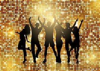 Schattenbilder von den Leuten, die auf glittery Goldhintergrund tanzen