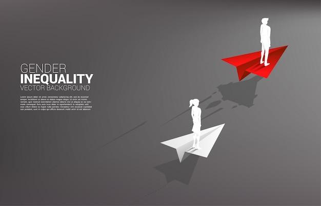 Schattenbildgeschäftsmann, der auf schnellerem papierflugzeug steht. geschlechterungleichheit in der wirtschaft und hindernis in der karriere von frauen
