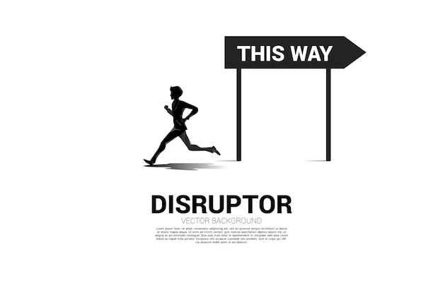 Schattenbildgeschäftsmann, der entgegengesetzte weise mit richtungsbeschilderung läuft. konzept des start-up-geschäfts und des disruptors.