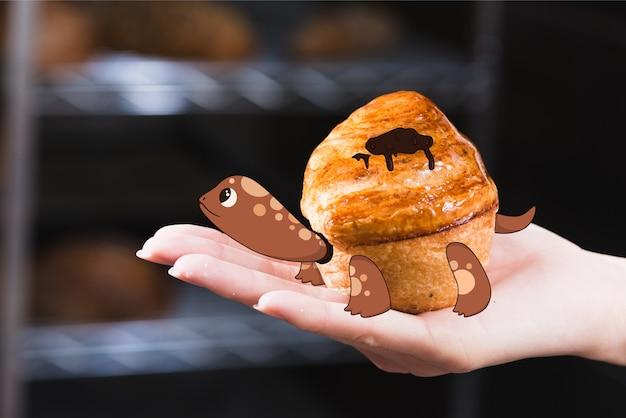 Schildkröte, die auf ein muffin zeichnet