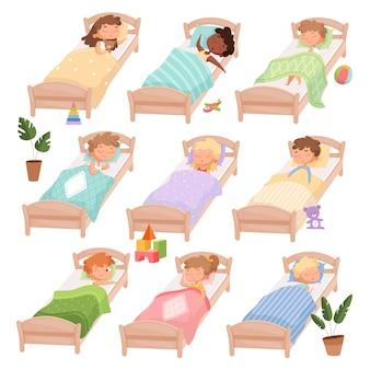 Schlafender kindergarten. müde jungen und mädchen kleine kinder in betten ruhige stunde lässig tagsüber charaktere.