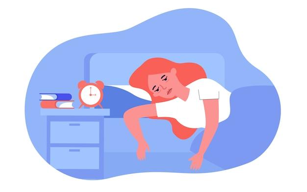 Schlaflose frau, die mit müdigkeit im bett liegt