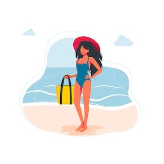 Schlanke frau im badeanzug mit großem hut am kopf steht am strand, hält eine tasche in der hand. sommerferien-konzept. weibliche figur in badeanzügen, große weiße hüte. vektor