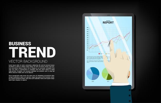 Schließen sie herauf geschäftsmannhandnoten-geschäftsdiagrammbericht in der tablette. konzept für digitales geschäftswachstum und trendbericht