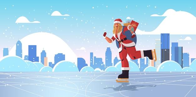 Schlittschuhfrau im weihnachtsmannkostüm mit sack voller geschenke frohes neues jahr frohe weihnachten feiertagsfeier konzept stadtbild hintergrund horizontale vektorillustration in voller länge
