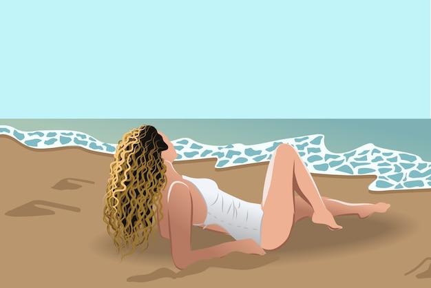 Schmutzige blonde frau im weißen badeanzug, die sich am meer sonnen