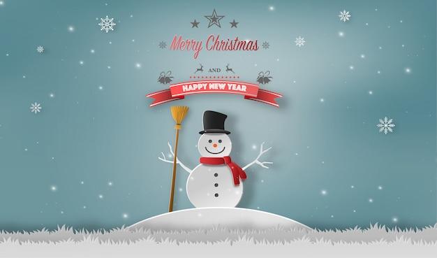 Schneemann, der in einem wald im winter steht.