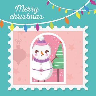 Schneemann mit hängendem stempel der frohen weihnachten der lichter