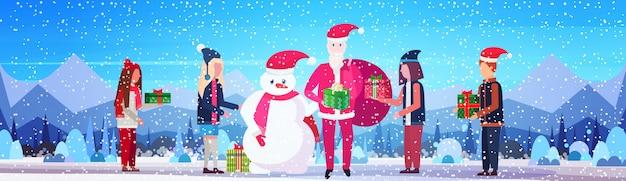 Schneemann, weihnachtsmann und menschen mit geschenken banner