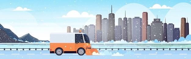 Schneepflug lkw reinigung autobahn straße nach schneefall winter schneeräumung