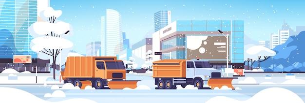 Schneepflug lkw reinigung straße städtische innenstadt straße mit wolkenkratzern geschäftsgebäude winter schneeräumungskonzept sonnenschein stadtbild flache horizontale vektor-illustration